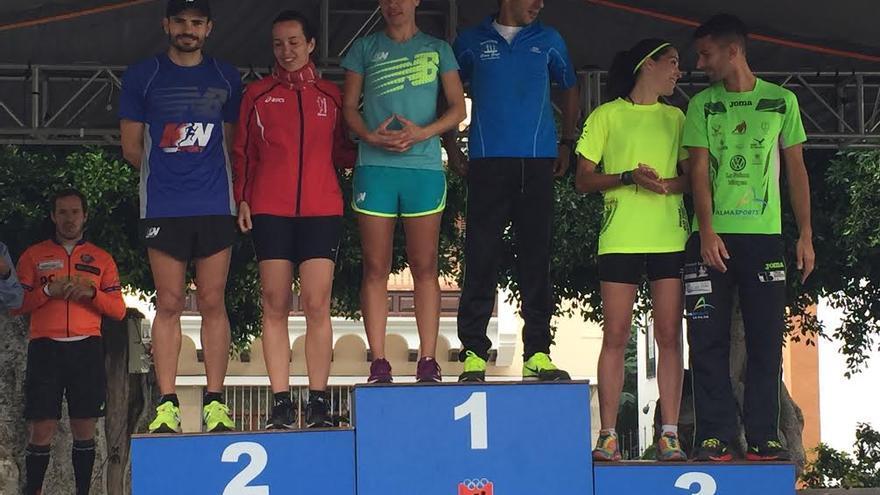 Algunas de las ganadoras y ganadores en el podio.