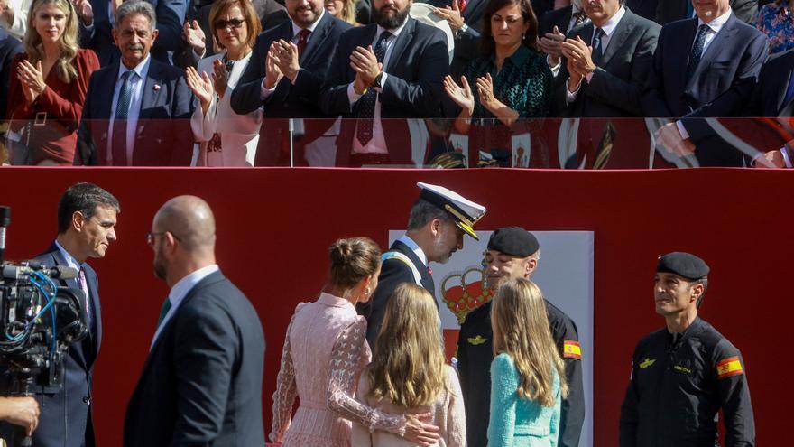La Familia Real y Pedro Sánchez, durante el desfile militar del 12 de octubre.