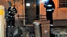 Extinción del fuego en los contenedores.