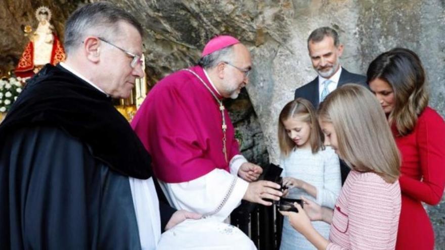 El arzobispo Jesús Sanz Montes con la familia real en el santuario de Covadonga, Asturias.