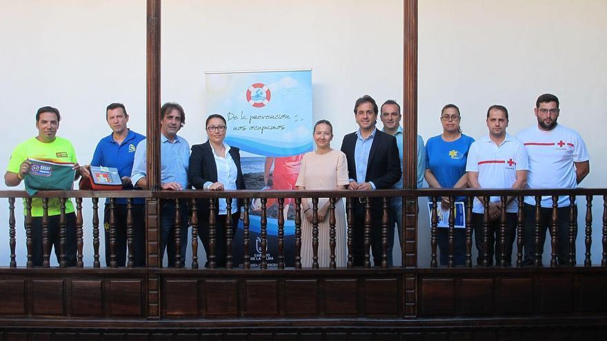 Carmen Brito, consejera insular de Emergencias (cuarta por la izquierda) junto a los representantes de tres asociaciones profesionales y siete municipios de la Isla.