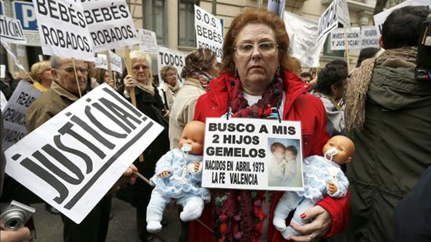 Los afectados por el caso de los 'niños robados' exigen justicia en una manifestación en Madrid