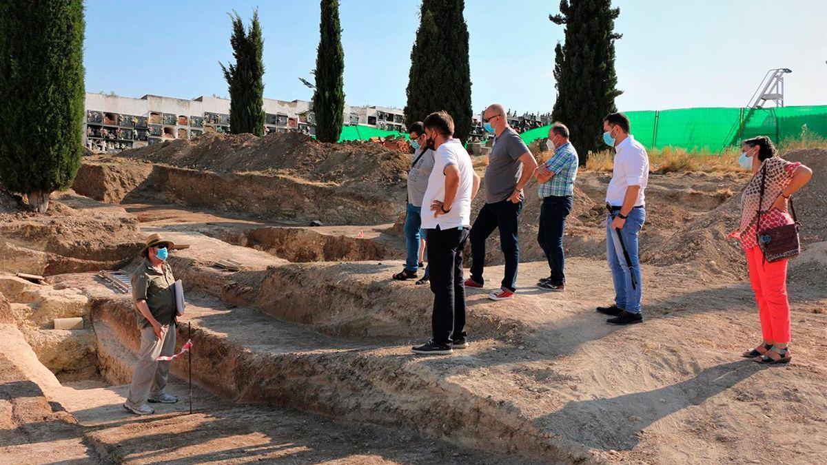 Visita a los trabajos de exhumaciones de fosas en Aguilar de la Frontera.