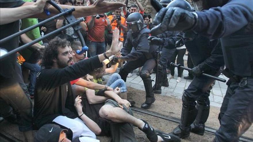 Los Mossos, contra los manifestantes congregados cerca del Parlament.