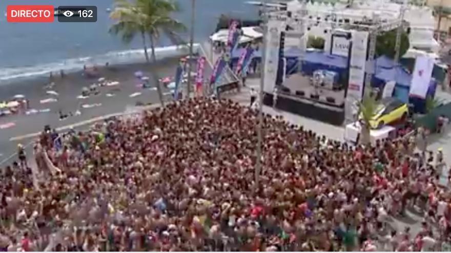 Miles de personas asisten a la Fiesta del Agua 2017 de Puerto Naos. (Imagen captada del Fecebook del Ayuntamiento de Los Llanos de Aridane).