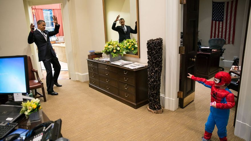 Obama juega con un niño disfrazado de Spiderman // Official White House Photo por Pete Souza