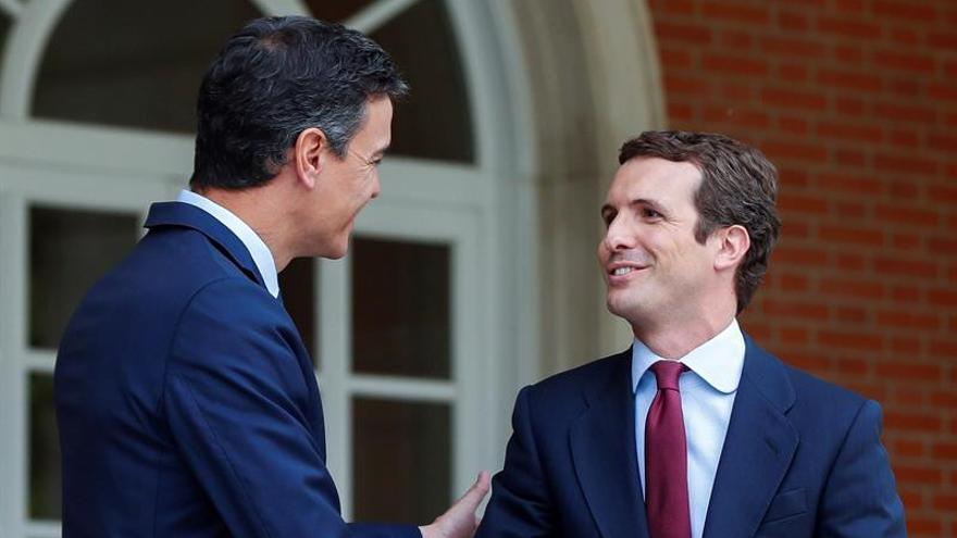 Pedro Sánchez recibe en Moncloa a Pablo Casado.