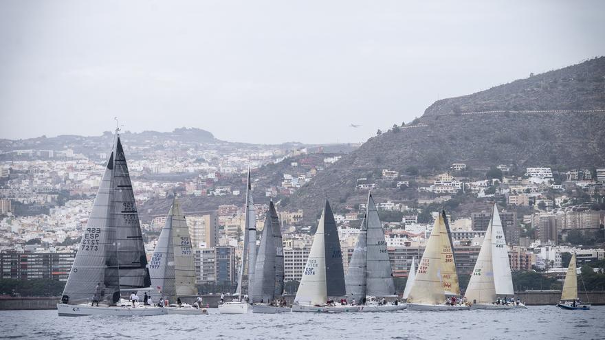 La flota esperando por el viento frente al Muelle Sur de la capital.
