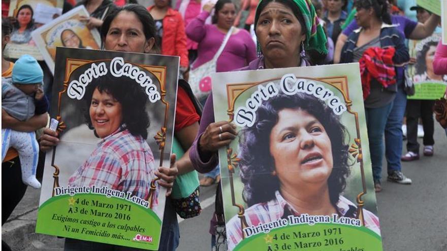 Fotografía tomada el pasado 8 de marzo en la que se registró un grupo de feministas y amigos de la asesinada líder indígena hondureña.