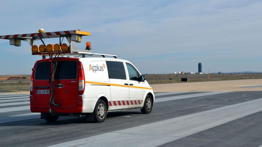 Un vehículo verifica el estado de las pistas del aeropuerto de Ciudad Real