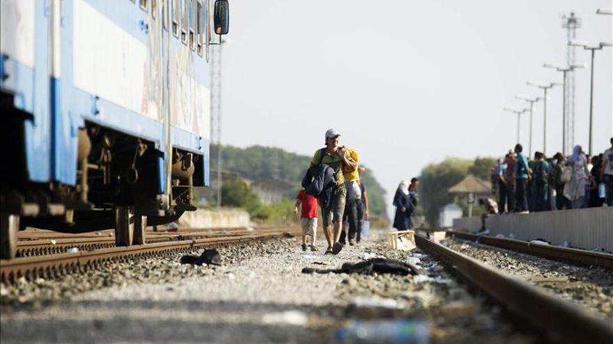 Hungría intercepta un tren con refugiados y desarma a 40 policías croatas