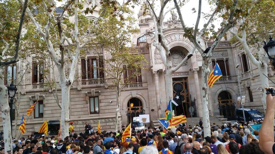 Miles de personas se concentran ante el TSJC convocados por la ANC y Omniun