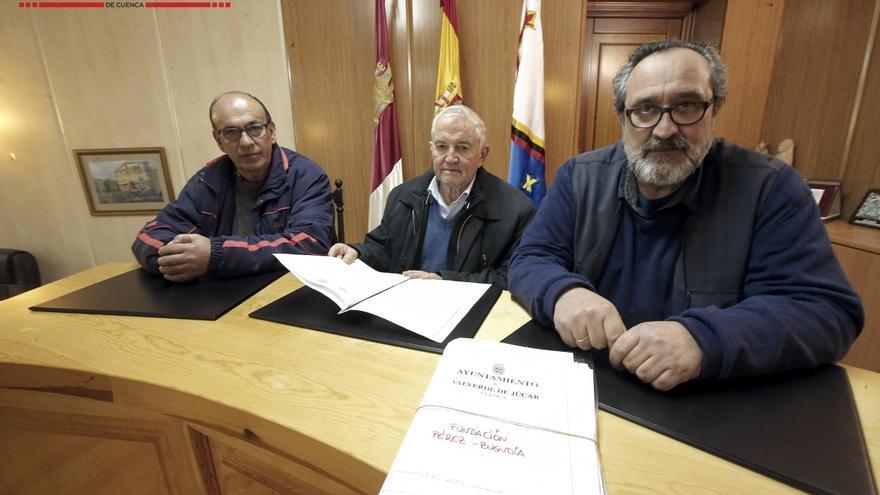 El juez de Paz (izda.), el párroco (centro) y el alcalde (dcha.), son los albaceas designados por Virginia Pérez Buendía. C.I.P.