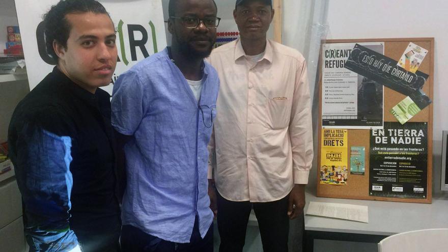 Ahmed Ali (Egipto), Delfín Mocache-Massoko (Guinea Ecuatorial) y Yahiya Diayo (Mauritania) en la sede de Cear en Valencia