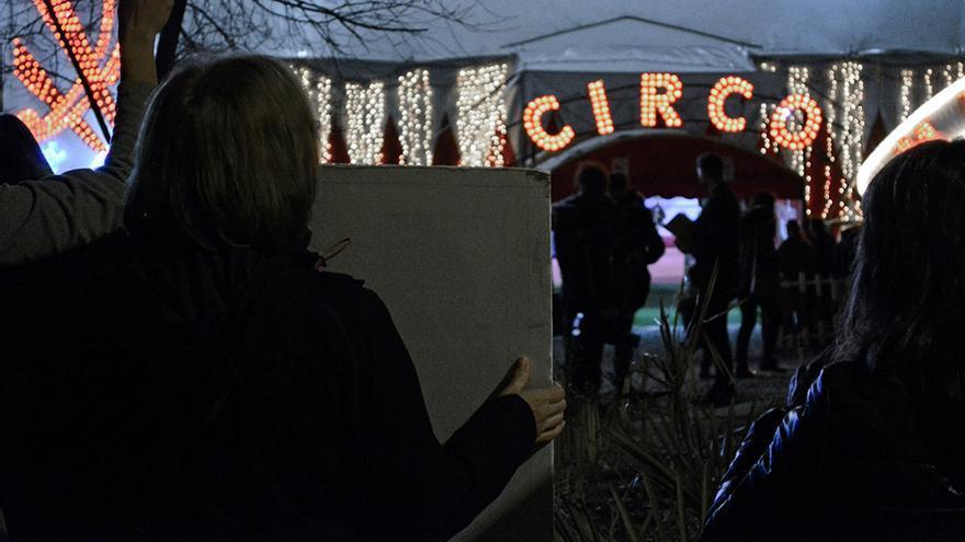 Concentración en protesta contra los circos con animales frente al Gran Circo Mundial, el 30 de diciembre de 2015. Foto: Asamblea Antiespecista de Madrid