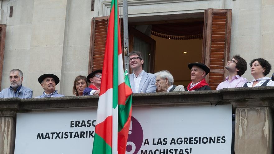 Vitoria conmemora la colocación de la ikurriña en la Casa Consistorial hace 40 años con una nueva izada