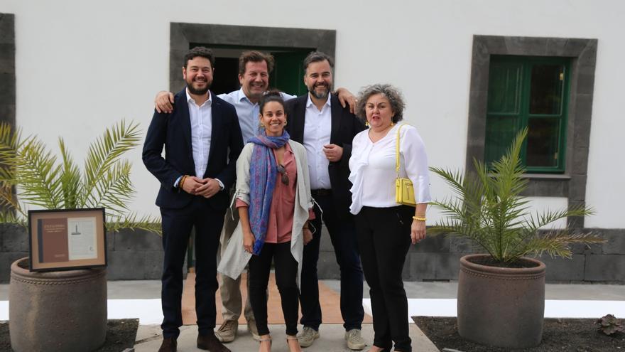 Jacob Qadri (i) con los responsables del hotel.