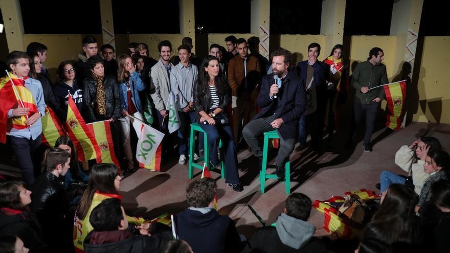 La portavoz de Vox en la Asamblea de Madrid, Rocío Monasterio, y el portavoz de Vox en el Congreso, Iván Espinosa de los Monteros, en un acto de Vox con jóvenes en Madrid a 2 de noviembre de 2019