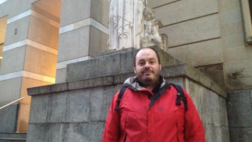 El antimilitarista Ignacio Sanz, junto al Palacio de Justicia en donde será juzgado el próximo mes de enero. /EDN