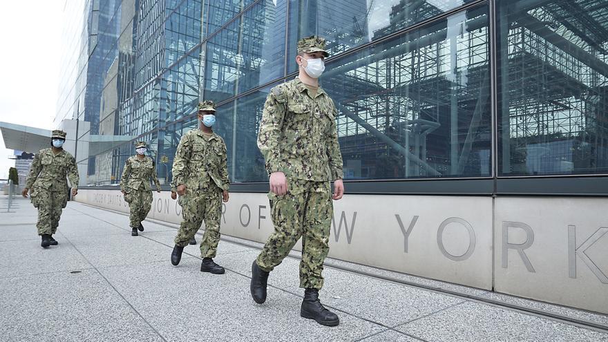 Miembros de la Guardia Nacional ante un hospital de campaña instalado en un palacio de congresos de Nueva York
