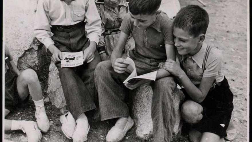 Niños leyendo durante la guerra civil.