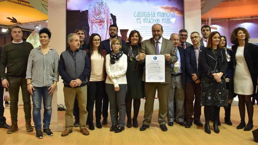 El vicepresidente primero de la Junta con el certificado Starlight FOTO: JCCM