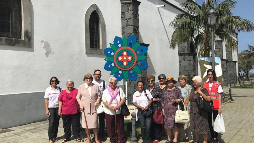 Usuarias del proyecto de Potenciación del Servicio de Teleasistencia Domiciliaria en la isla de La Palma que participaron en las fiestas del Sagrado Corazón de Jesús, celebradas en el municipio de El Paso. Foto: Cruz Roja.
