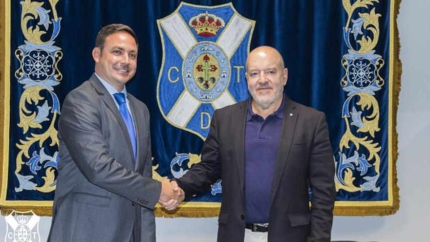 El Director General de la Academia Internacional de Fútbol, Roberto Mickel; junto al presidente del Tenerife, Miguel Concepción