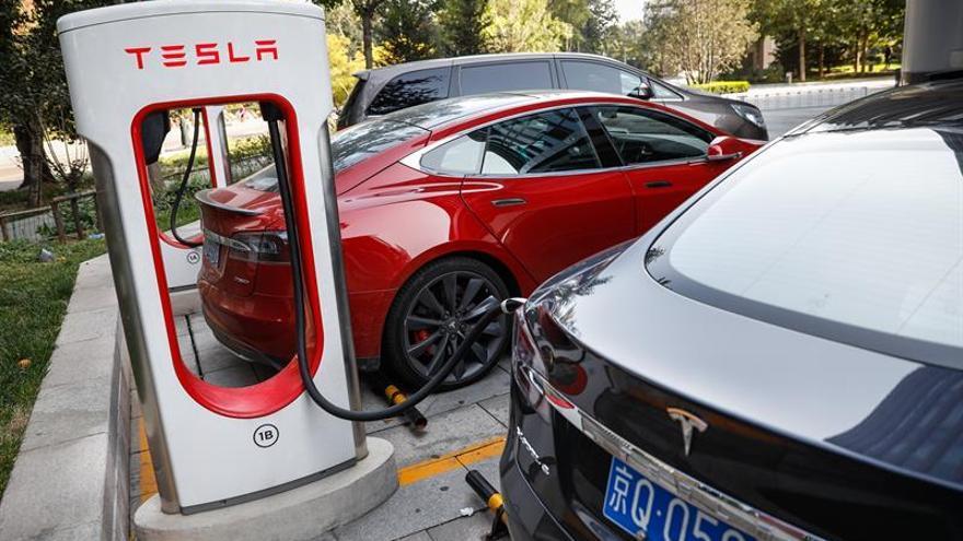 Varios coches eléctricos, en un punto de recarga