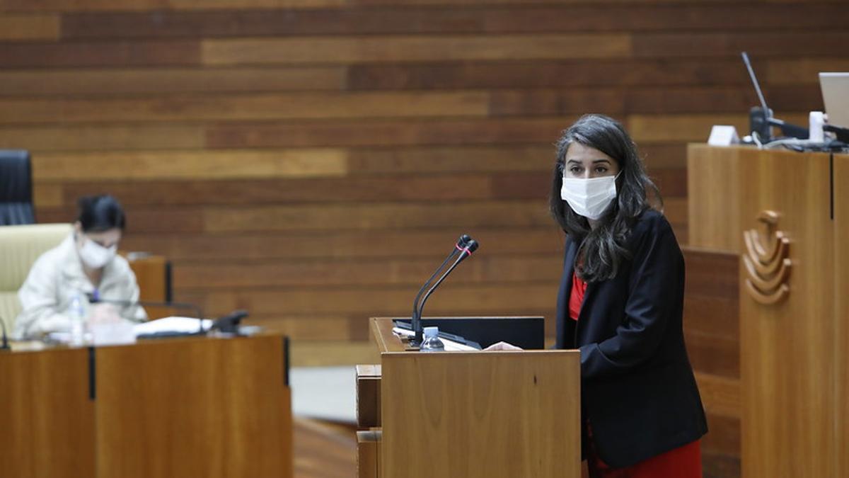 La portavoz parlamentaria de Unidas por Extremadura, Irene de Miguel, este jueves en el debate sobre el estado de la región