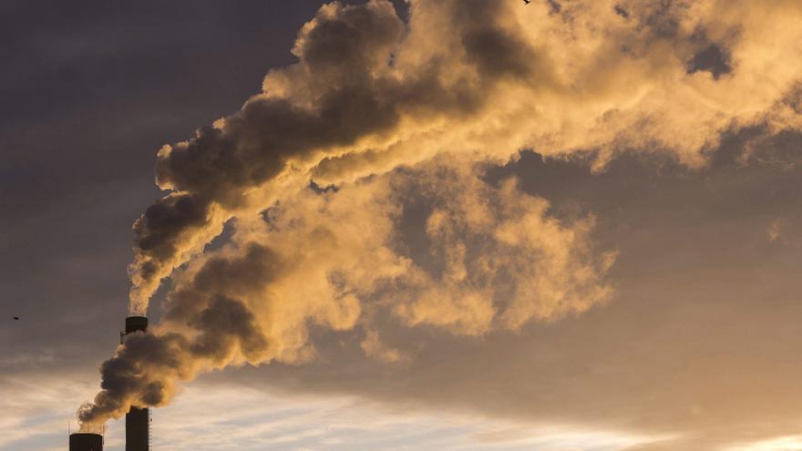 """La ausencia de """"vacuna"""" frente a la crisis climática sobrevuela la conmemoración del Día Mundial por la Reducción de las Emisiones de Dióxido de Carbono (CO2) que se celebra hoy y que, según especialistas ambientales consultados por Efe, requeriría """"un cambio estructural urgente"""" en sectores como el eléctrico, el agroganadero, el industrial o el de transporte. EFE/Attila Balazs/Archivo"""