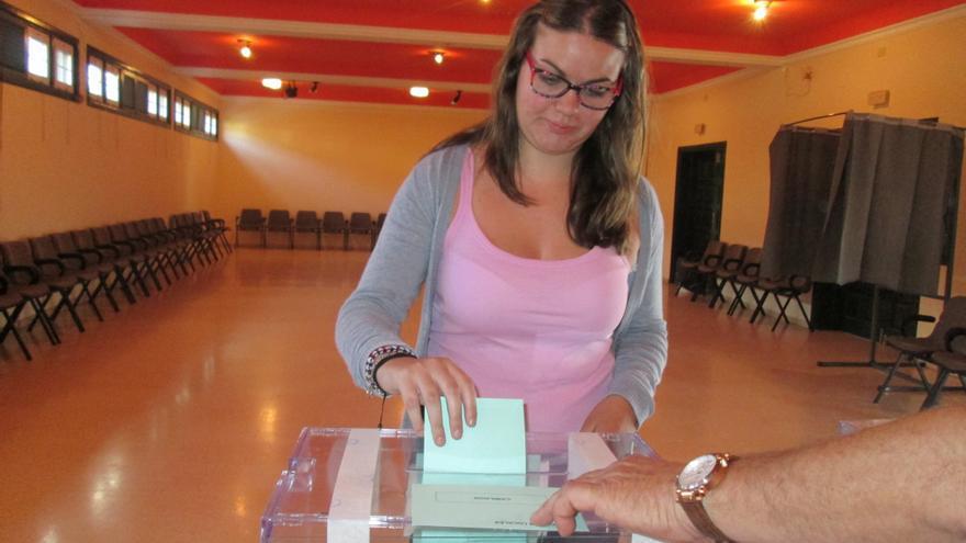 Lucía en el momento de depositar en la urna su papeleta al Cabildo. Foto: LUZ RODRÍGUEZ.