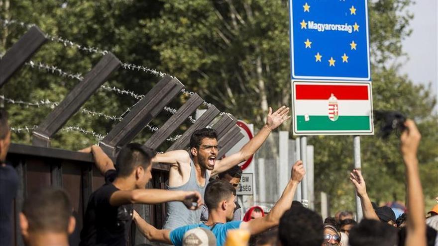 Los refugiados esperan en la frontera serbia con Hungría pese a su cierre