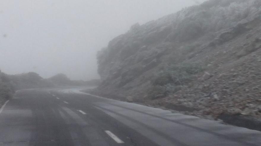 Otro tramo de la carretera del Roque de Los Muchachos, este lunes, cubierta de hielo.