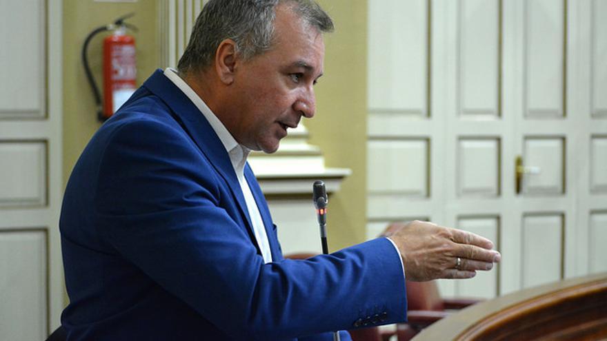 Luis Campos, parlamentario de Nueva Canarias en una sesión del Parlamento canario
