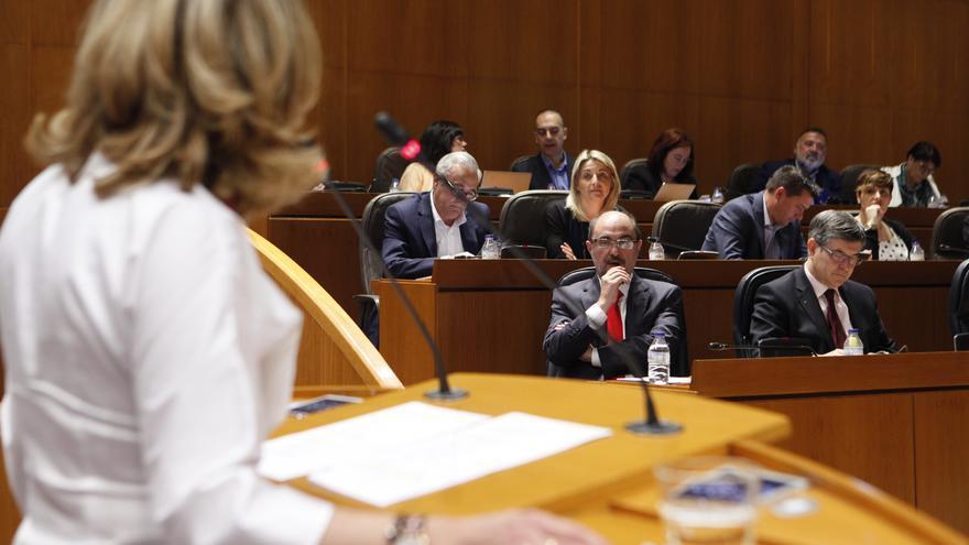 Javier Lambán escucha la intervención de Mar Vaquero (PP).