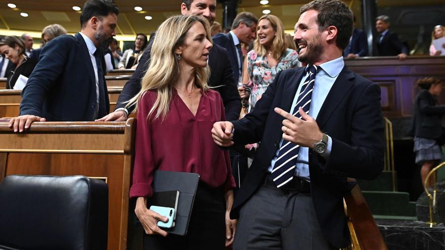 MADRID, 10/09/2019.-El líder del PP Pablo Casado (d) conversa con la portavoz de la formación en el Congreso, Cayetana Álvarez de Toledo durante el pleno del Congreso que se celebra este martes en la Cámara Baja.
