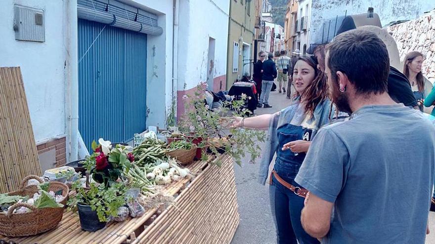 Una parada con productos del campo en el Mercat de Laguar.