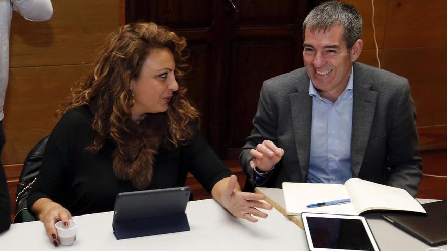 Cristina Valido, consejera de Políticas Sociales, y Fernando Clavijo. EFE