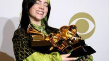 Billie Eilish poses in the press room with the Grammy for Best Pop Vocal Album, Best New Artist, Song of the Year, Album of the Year, and Record of the Year during the 62nd annual Grammy Awards ceremony at the Staples Center in Los Angeles, California, USA, 26 January 2020. (Estados Unidos) EFE/EPA/DAVID SWANSON