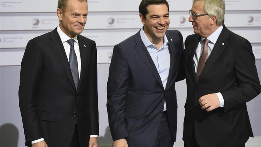"""Tsipras confía en el acuerdo tras la reunión """"constructiva"""" con Merkel y Hollande"""