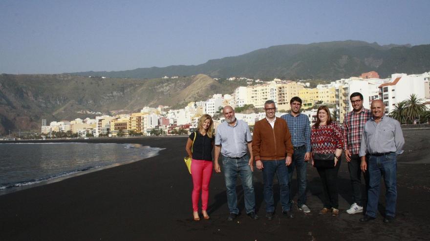 En la imagen, miembros de la Corporación de Santa Cruz de La Palma, en visita que han realizado este lunes a la playa.