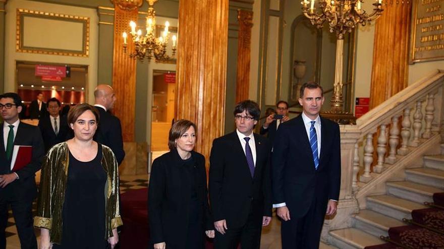 Primer saludo entre el Rey y el president Puigdemont en la cena del MWC en el Liceu