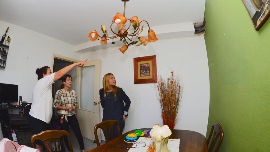 Noemí Santana, visitando la vivienda de afectados por Visocan