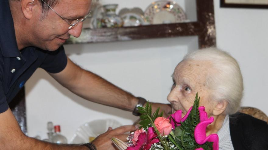 El alcalde, Sergio Rodríguez, entregó un ramo de flores a Doña Fe.