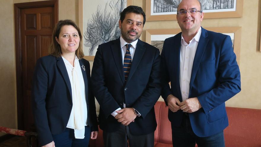 Alicia Vanoostende, consejera insular de Turismo; Alberto Duarte (c), director del Servicio Nacional de Turismo de Coquimbo; y Anselmo Pestana, presidente del Cabildo de La Palma.