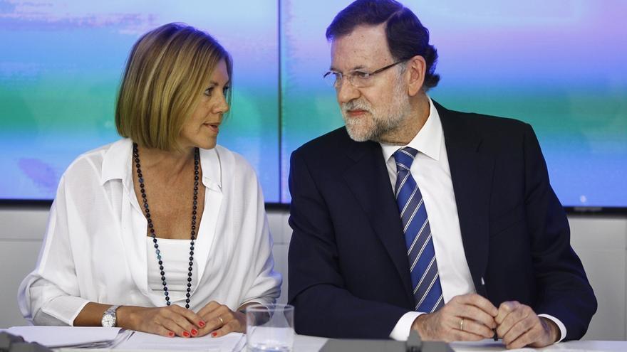 La secretaria general del PP, María Dolores de Cospedal, conversa con Mariano Rajoy