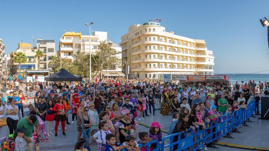 Aglomeración de gente en la plaza central del núcleo costero, durante los actos con temática de Cuba