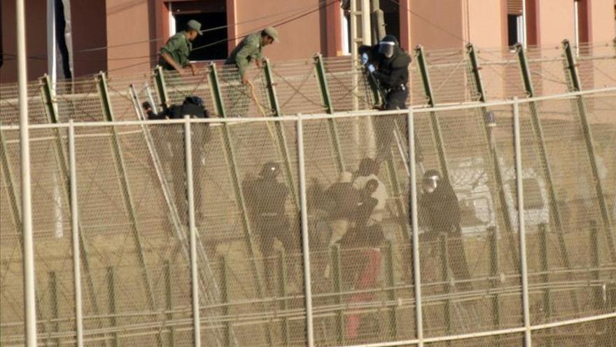 Agentes marroquíes emplean palos para reducir a los inmigrantes en presencia de policías españoles / EFE