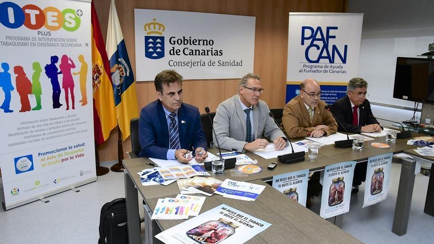 El director general de Salud Pública, José Juan Alemán (centro), en la presentación de la campaña contra el Día Mundial sin Tabaco